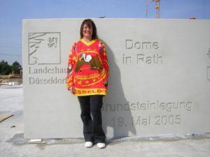 Unser Mitglied Sigrid vor dem Grundstein